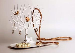 suspendre ses bijoux de valeur porte bijoux. Black Bedroom Furniture Sets. Home Design Ideas